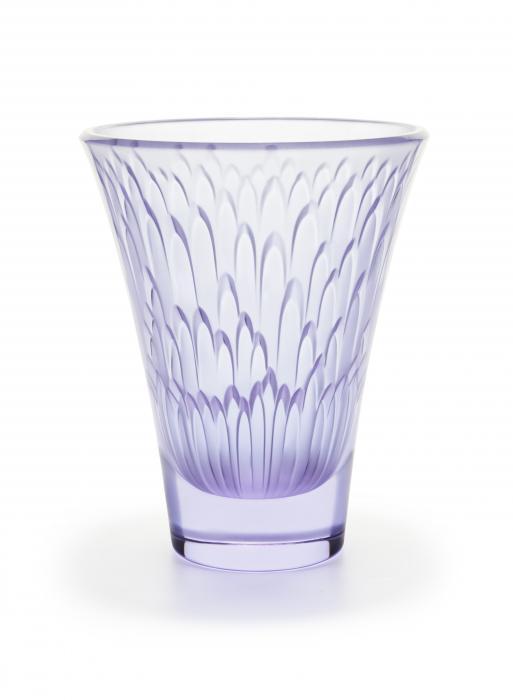 Vase en cristal de couleur bleu lavande représentant de fines pétales de fleures.
