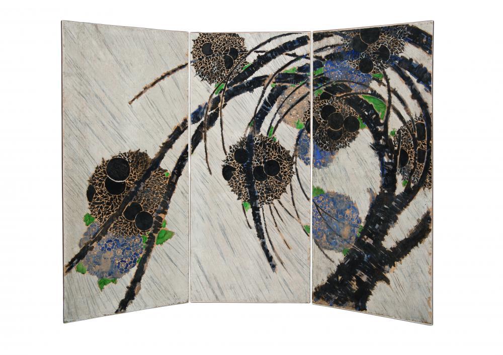 Paravent composé de trois volets présentant un motif de branches avec ses fleurs noires et bleues semblables à des hortensias.