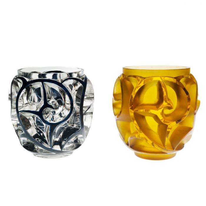 Deux vases en verre, l'un en verre avec un motif émaillé noir l'autre jaune avec le même motif.