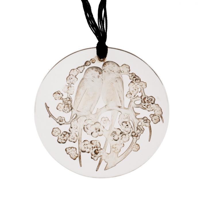 Pendentif rond en verre représentant deux perruches entourées de fleurs