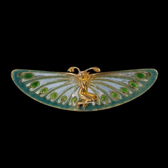 Broche représentant une femme en or avec des antennes et avec des ailes de papillons vertes en émail cloisonné
