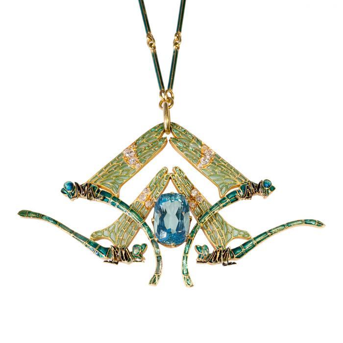 Pendentif représentant quatre libellules turquoises aux ailes vertes déployées et serties de diamants. Deux en profil gauche en haut et deux en profil droit au bas. Au centre, se trouve une grosse aigue-marine bleue taillée.
