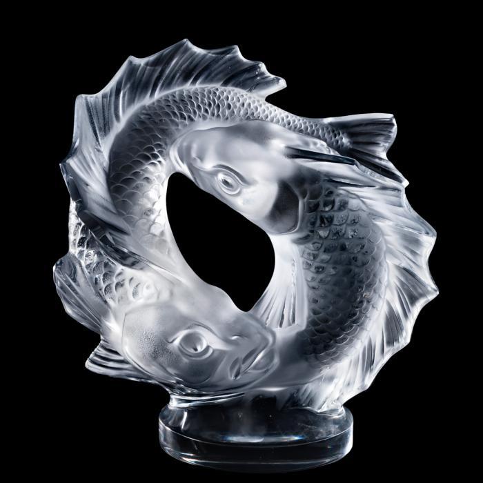 Presse papier en cristal représentant deux poissons semblables à des carpes nageant en rond.
