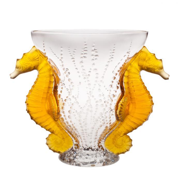 Vase en cristal avec motif bulles ainsi que deux anses représentant des hippocampes de couleur ambre.