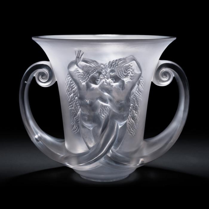 Vase présentant deux sirènes dont les queues forment les anses