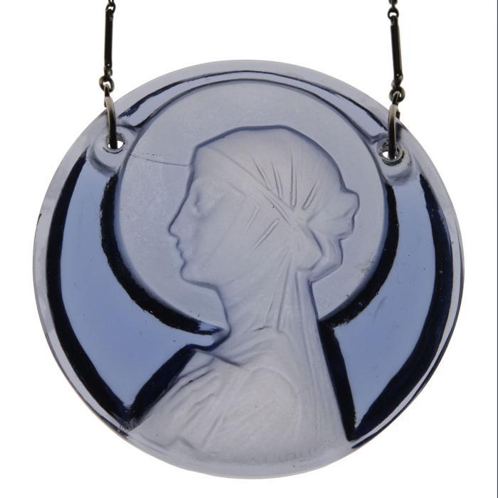 Médaillon rond bleu représentant le portrait de sainte Odile de profil