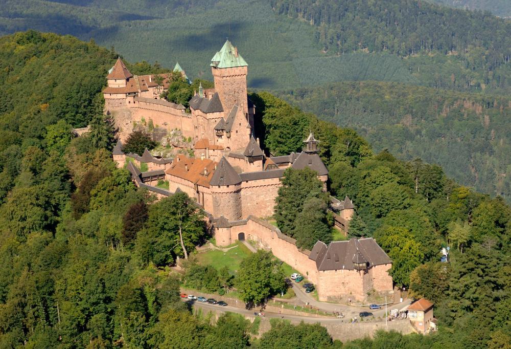 Vue aérienne et de face du Château du Haut-Koenigsbourg, perché sur la colline forestière d'Orschwiller.