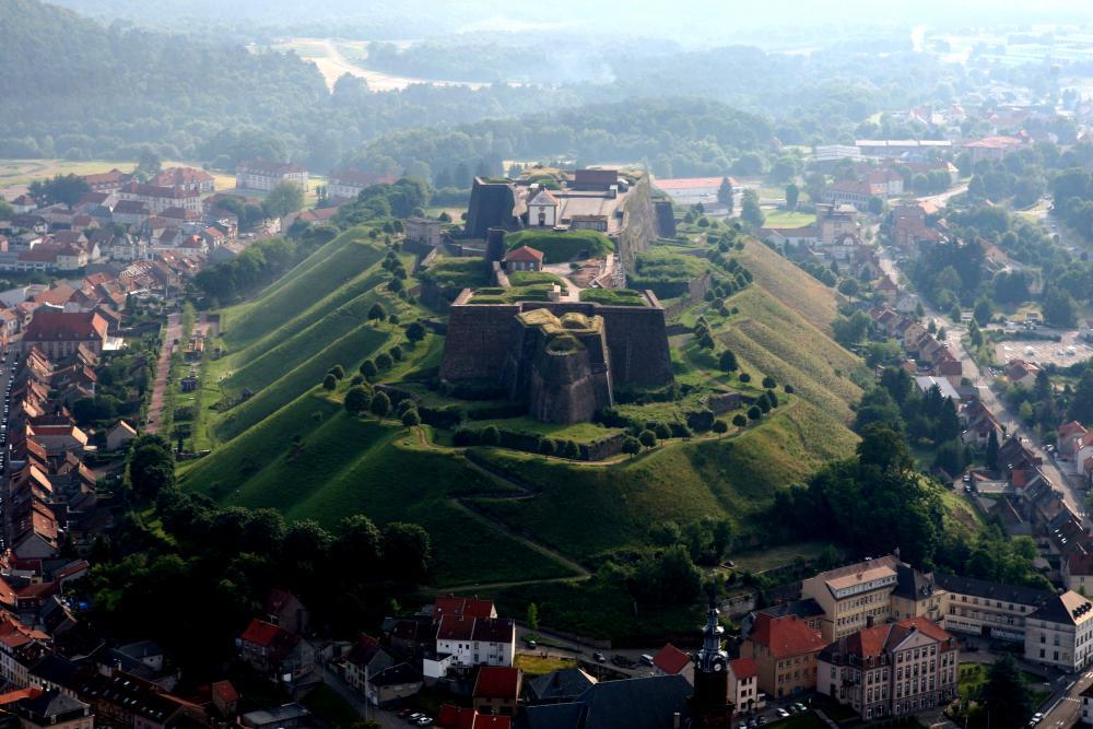 Vue aérienne de face de la Citadelle de Bitche sur sa colline au milieu du village.