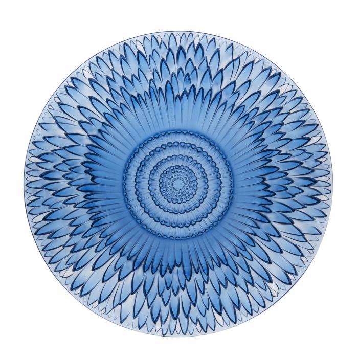 Coupe en verre bleu, plate semblable à une large assiette avec un motif de fleur ressemblant à une pâquerette.