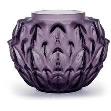 Vase en cristal violet avec motifs de feuilles se superposent dans un jeu de répétition graphique.