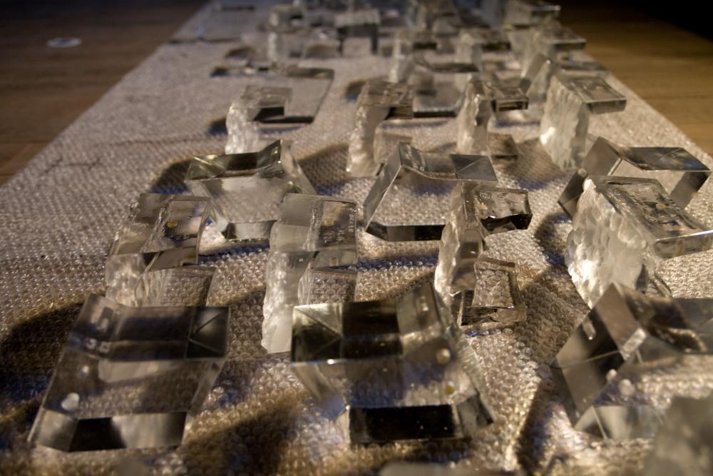 Pièces en cristal du lustre posées au sol avant montage