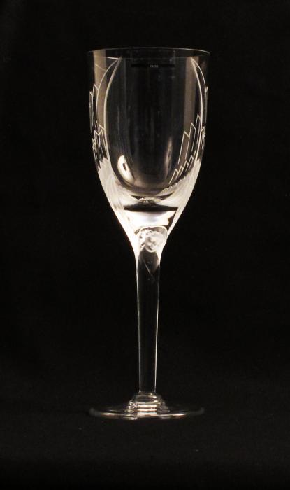 Coupe à champagne en cristal avec un visage sur le haut du pied et deux ailes sur le ballon pour former le corps d'un ange.