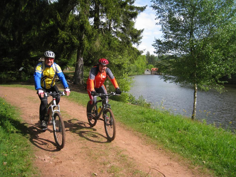 Deux cyclistes au bord de l'étang du Donnenbach.