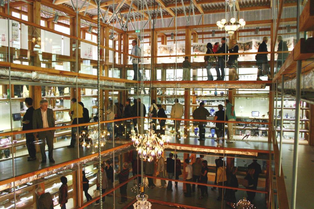Vue de la salle d'exposition de La Grande Place, musée du cristal de Saint-Louis. On peut y voir une grande fosse centrale où les visiteurs, sur plusieurs étages, peuvent admirer des lustres en cristal suspendus.