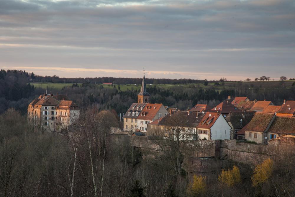 Vue du village fortifié de La Petite Pierre en fin de journée.
