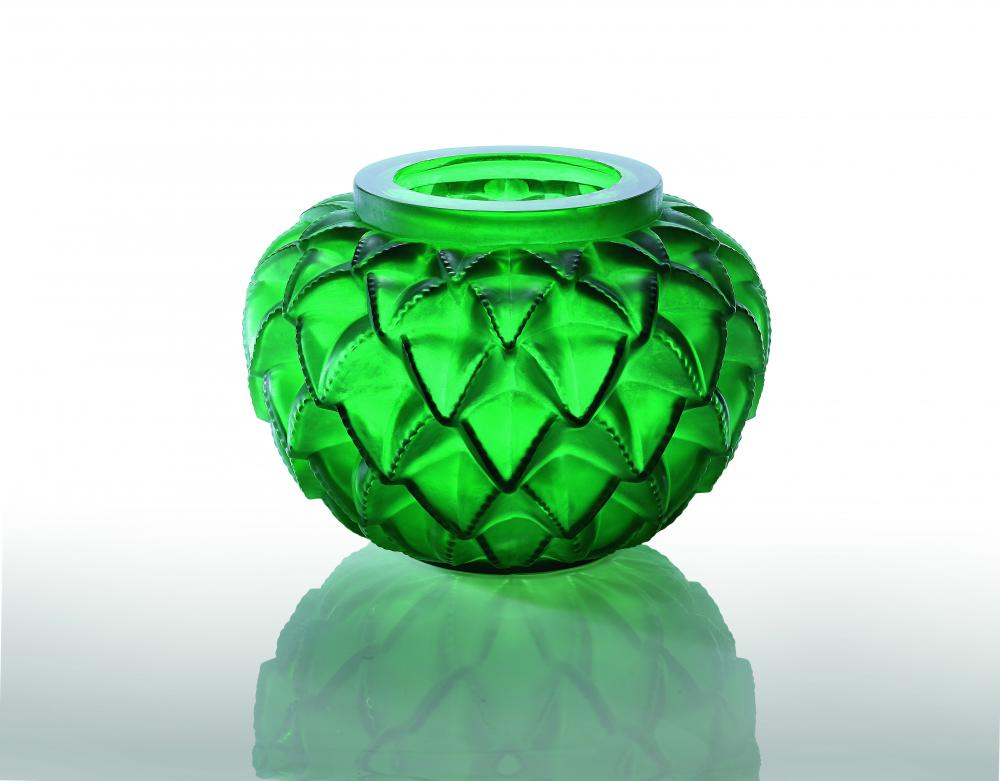 Vase vert en cristal représentant des feuilles de cactus finement ciselées.