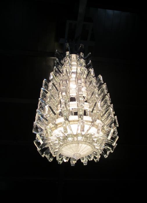 Lustre massif fait de 337 pièces de cristal assemblées