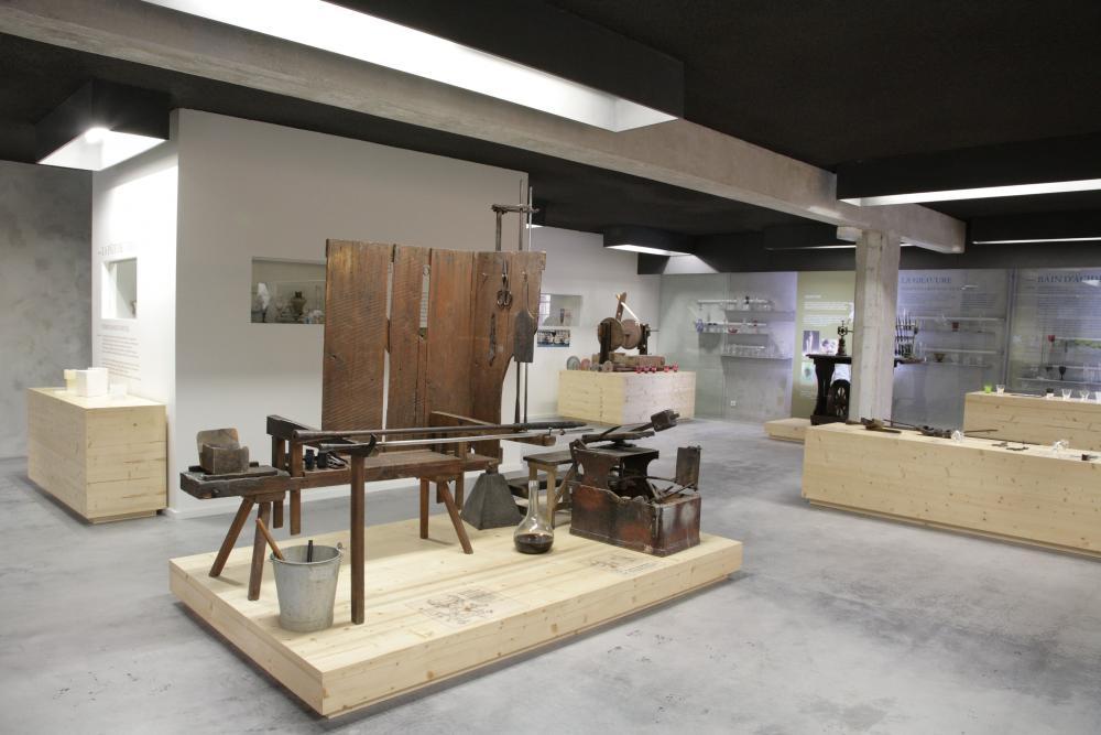 Salle du musée du verre de Meisenthal présentant les techniques verrières