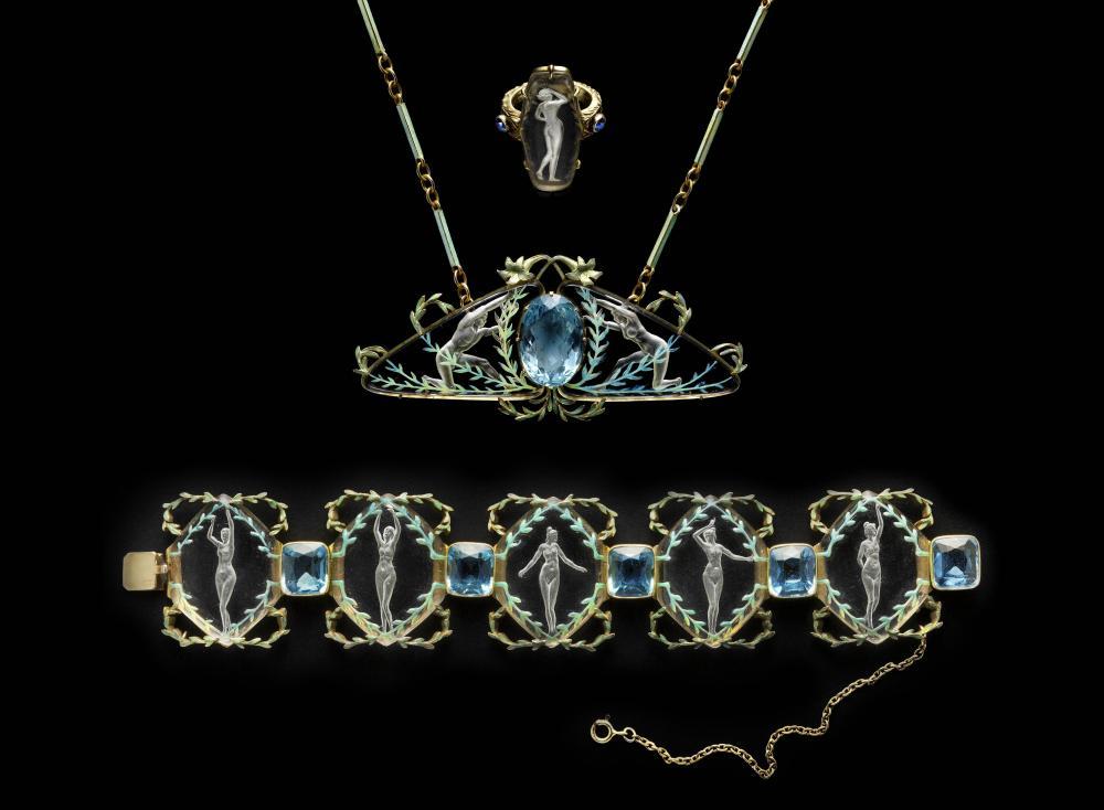 Bague, collier et bracelet fait avec des plaques en verre transparentes dans lesquels sont gravés des nus.