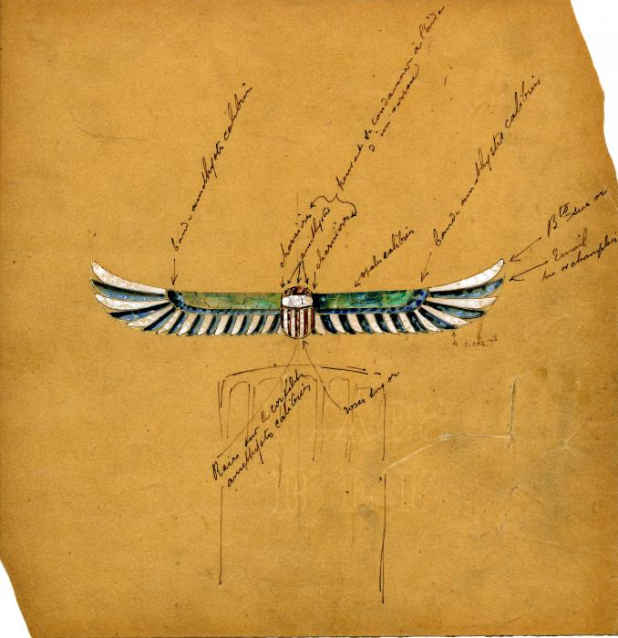 sur un papier jaune-orangé, dessin d'un scarabée avec de grandes ailes avc des plumes blanches, vertes et bleues et de nombreuses écritures portant sur les techniques ou les matériaux à utiliser