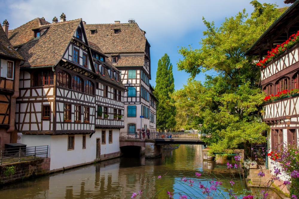 Vue du quartier pittoresque de la Petite France avec ses maisons à colombages et son canal.