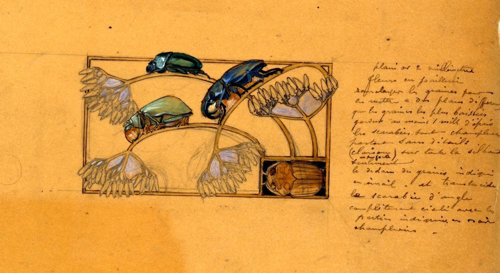 Dessin d'étude représentant une plaque de collier pour chien rectangulaire aux motifs de scarabées sur des branches. À la droite de l'esquisse, nous pouvons voir un texte descriptif de la main de René Lalique.