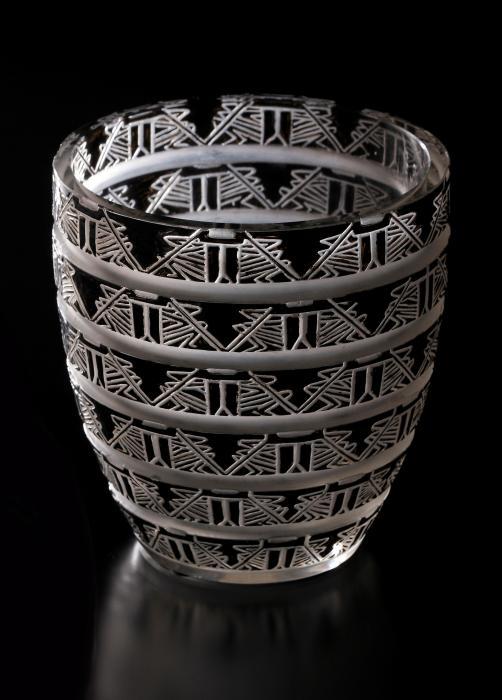 Vase en verre avec des bandeaux de motifs géométriques en émail noir