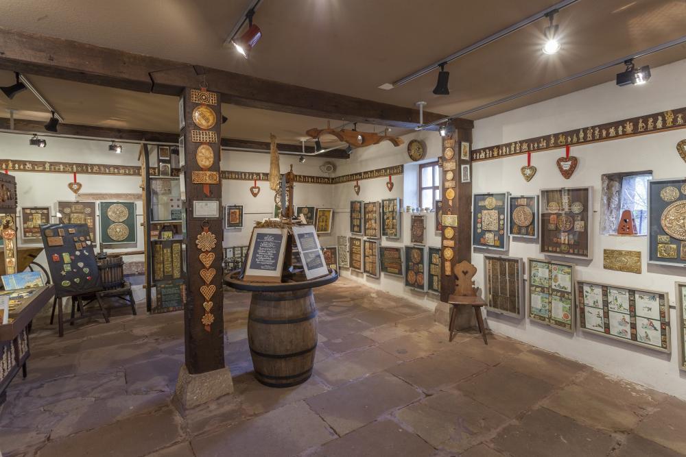 Salle d'exposition du musée des Springerle montrant une partie de la collection de moules à gâteaux traditionnels alsaciens.