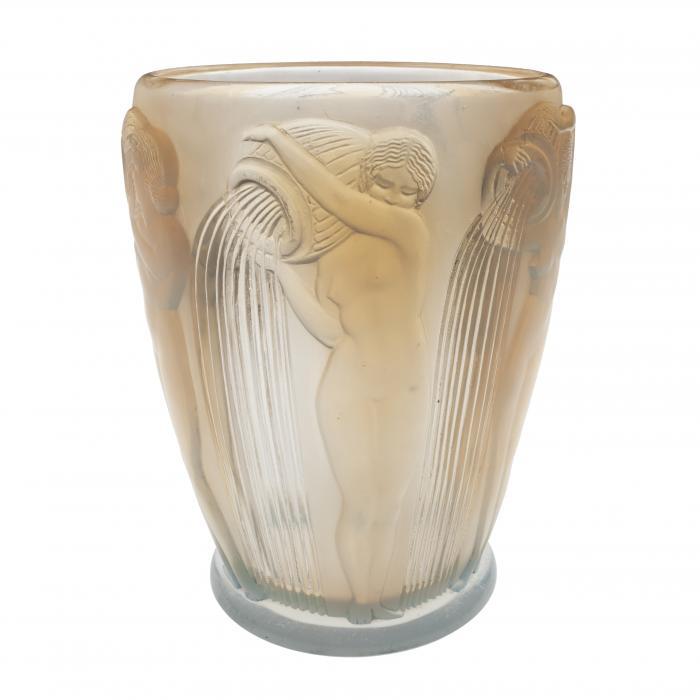 Vase en verre opalescent avec des femmes nues versant des jarres d'eau appuyées sur leurs épaules