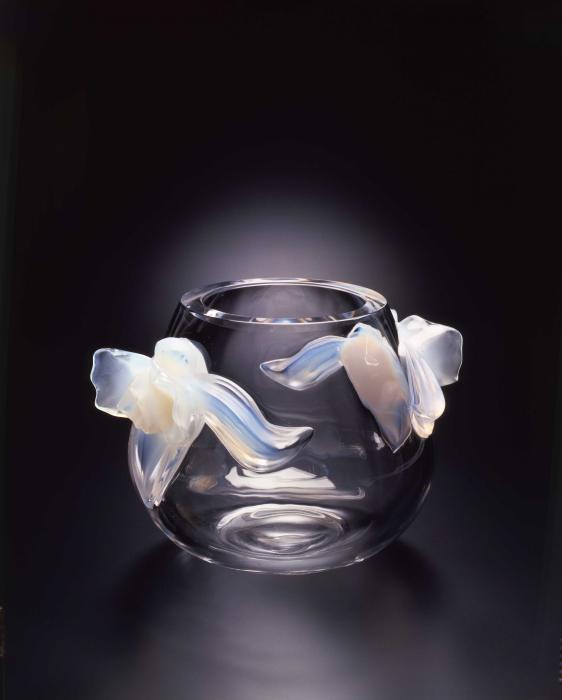 Petit vase en cristal avec deux orchidées opalescentes.