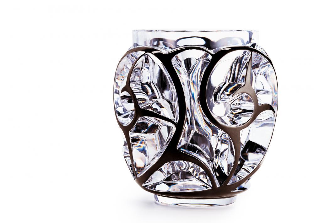 Vase en cristal avec motifs tribaux dont les arrêtes sont peintes en noir.