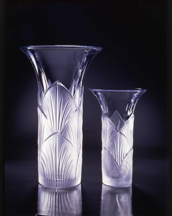 Deux vases en cristal tubulaires et haut plus évasé avec motifs de feuilles de fleurs de lotus.